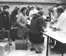 Если вы будете участвовать в выставках, организуемых в Великобритании, вам понадобятся белая подстилка, белый ящичек для испражнений, белая мисочка для пищи и белый сосуд для воды